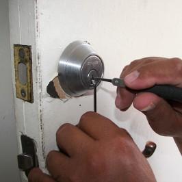 Un serrurier intervient pour une ouverture de porte